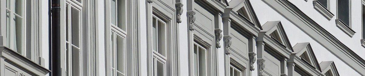 okna w kamienicy